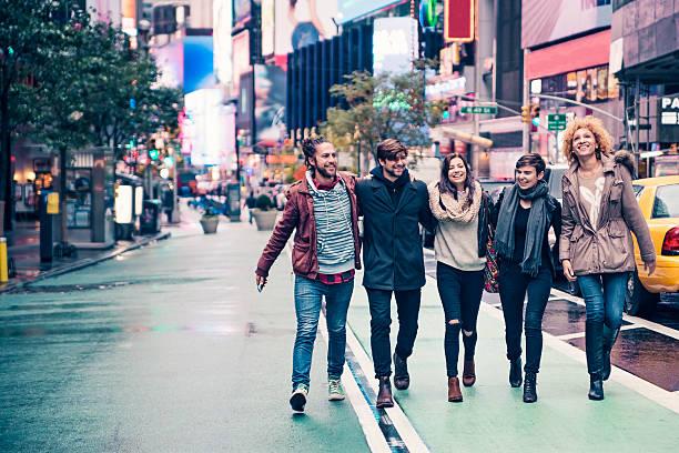 paar coole junger menschen in new york nach dem regen - sightseeing in new york stock-fotos und bilder
