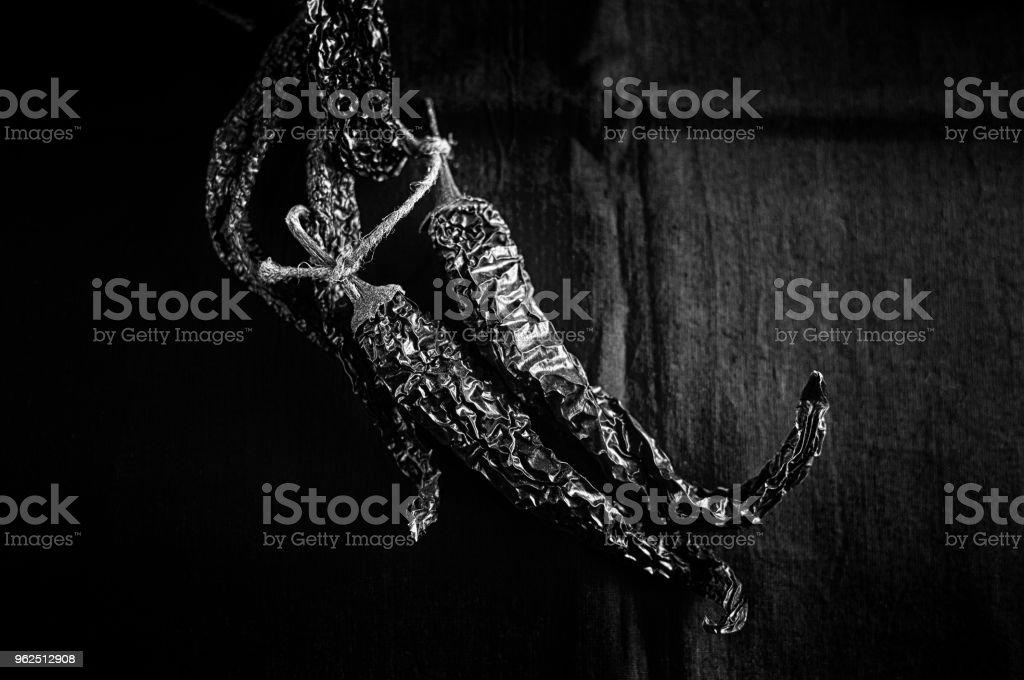 Bando de pimentas secas em fundo escuro tecido close-up - Foto de stock de Alimentação Saudável royalty-free