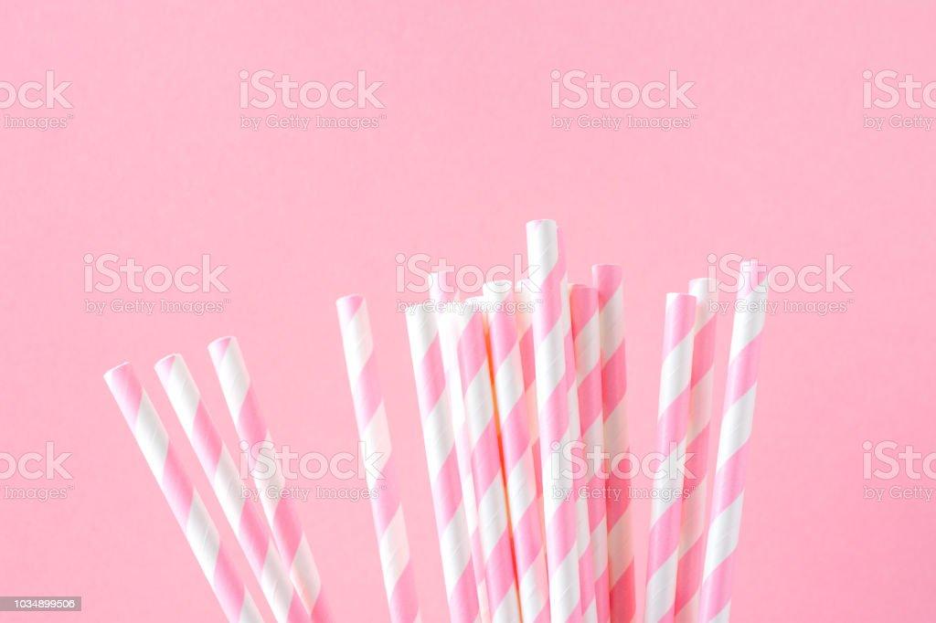 Bouquet élégant papier rayé blanc pailles sur fond rose. Concept de célébration anniversaire Babyshower Party Invitation carte Kids Fun Holiday - Photo