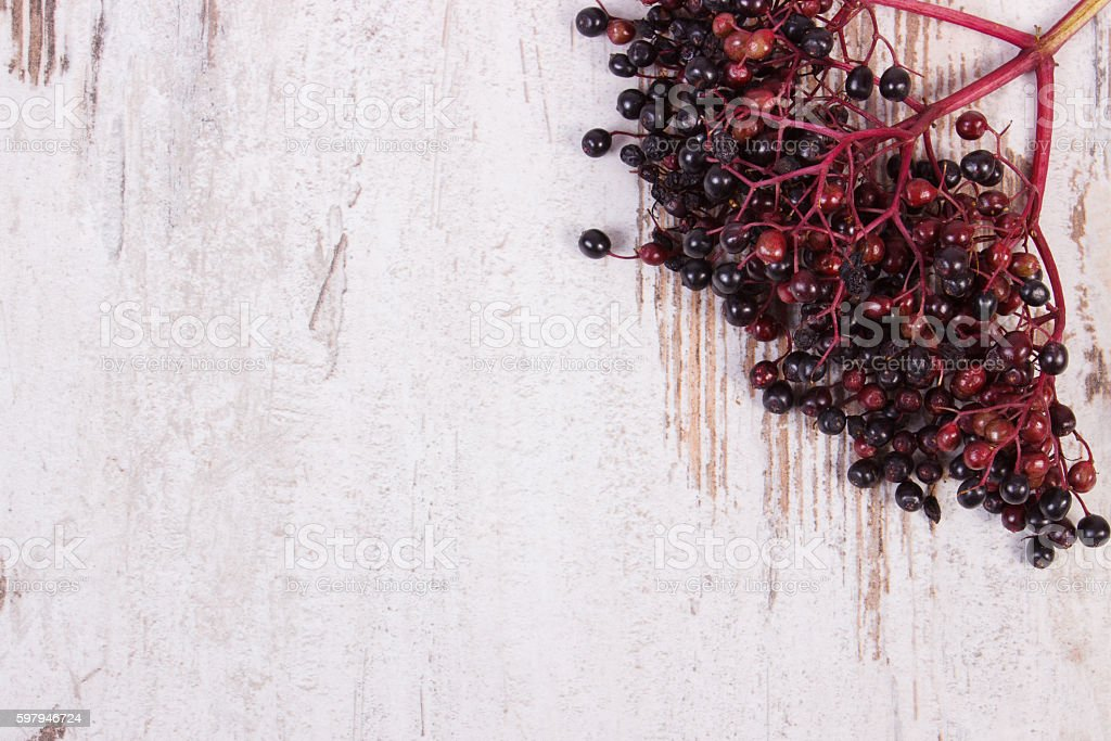 Bunch of fresh elderberry on old wooden background foto royalty-free