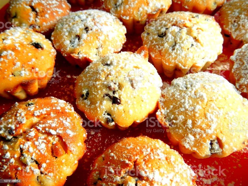 Jede Menge frische Muffins, Blueberry und Zucker – Foto