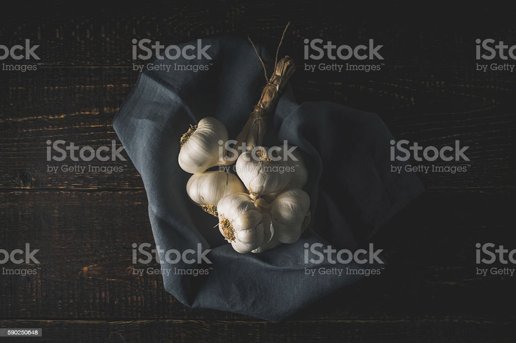 Bunch of garlic with napkin on wooden table top view Lizenzfreies stock-foto