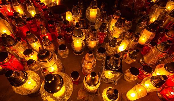 Wiązanka szkła świeczki na cmentarzu – zdjęcie