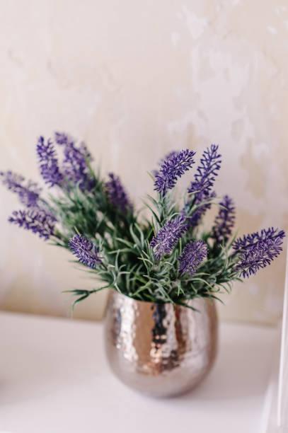 haufen von lavendel und grün in einer vase auf einem weißen tisch auf einem vintage regal über pastell mauer. schicke provance inneneinrichtung für bauernhof hauptart. provence heimtextilien. - küche deko lila stock-fotos und bilder