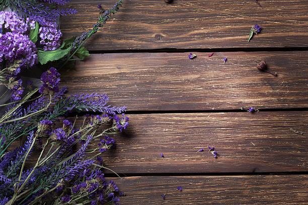 bunch of lavender lying on the table - holzblumen stock-fotos und bilder