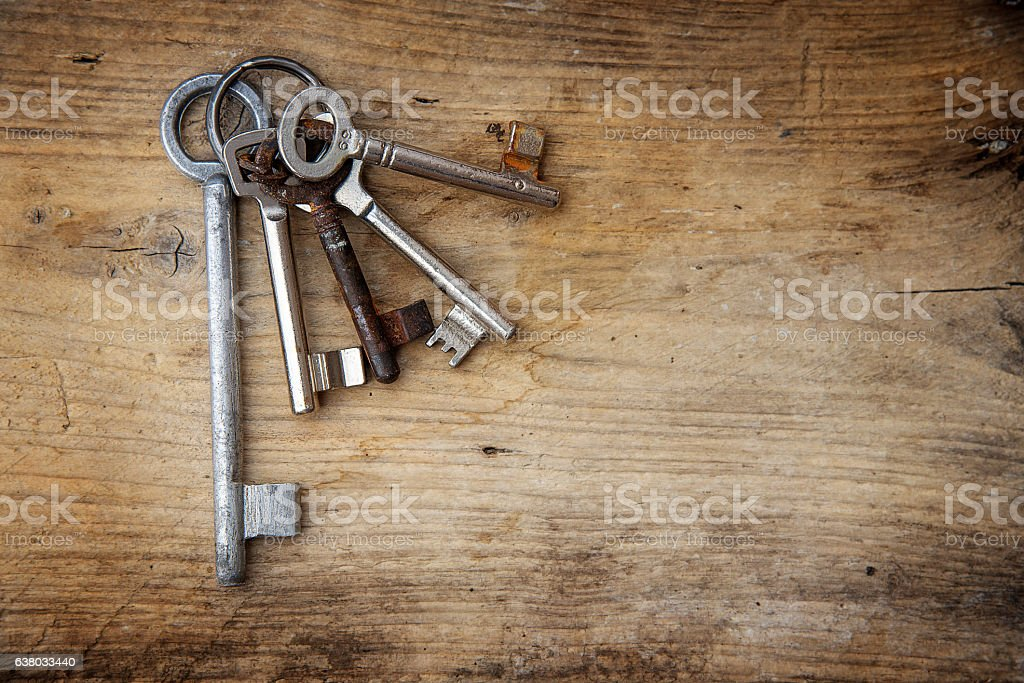 Bunch of old keys on rustic wood, copy space - foto de stock