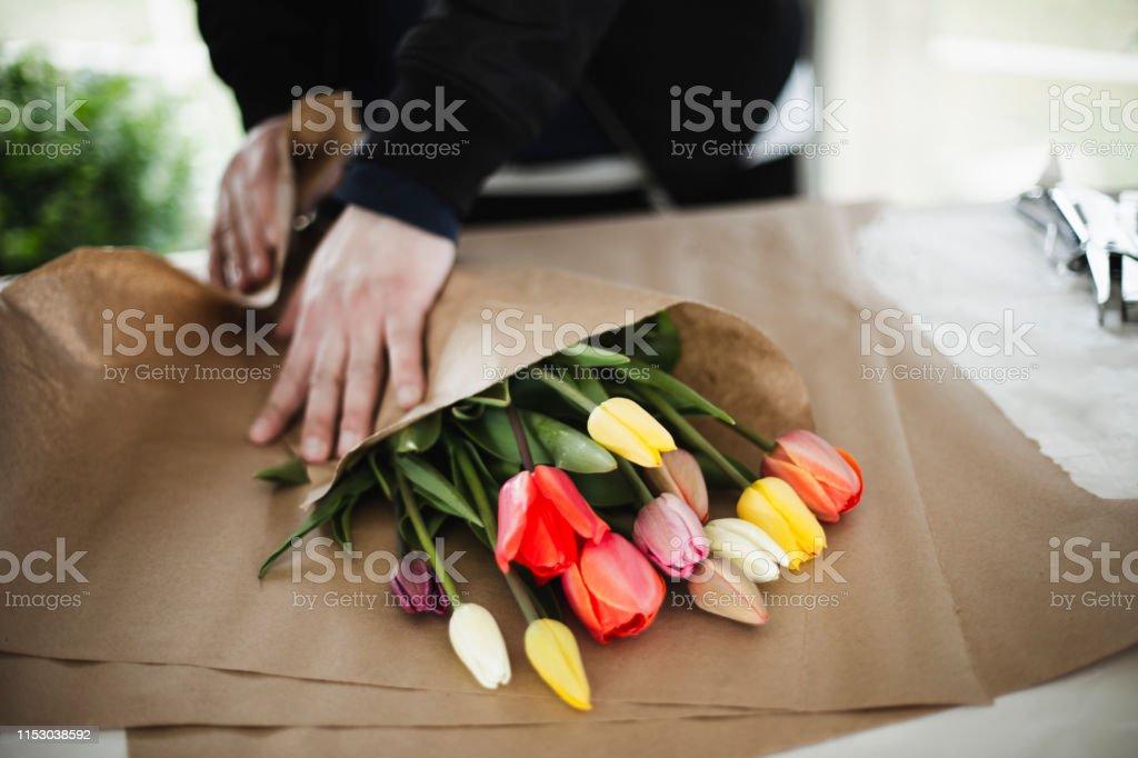 Bouquet de tulipes arc en ciel en papier brun Wrap - Photo de Adulte libre de droits