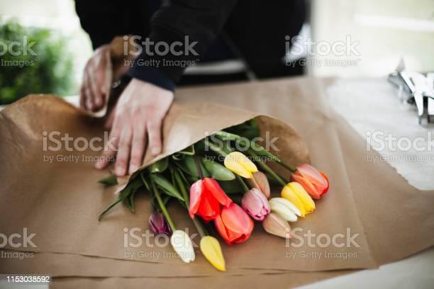 Photo libre de droit de Bouquet De Tulipes Arc En Ciel En Papier Brun Wrap banque d'images et plus d'images libres de droit de Adulte