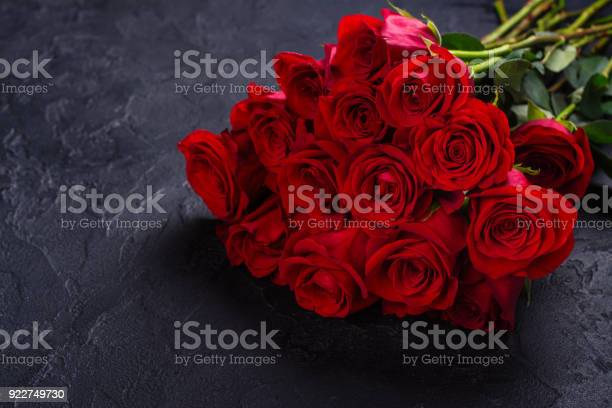Bunch of red roses on black stone background picture id922749730?b=1&k=6&m=922749730&s=612x612&h=kqvj3nynlswzemc7fy151zrudkinpmtq9proj3afnzw=