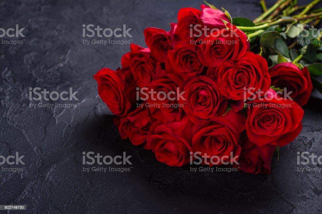 Bouquet de roses rouges sur fond noir de Pierre - Photo