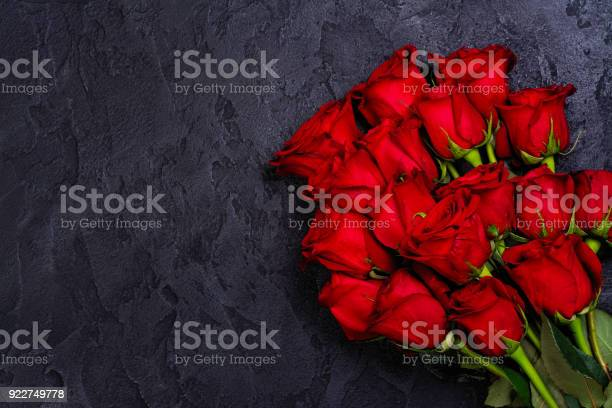 Bunch of red roses on black stone background picture id922749778?b=1&k=6&m=922749778&s=612x612&h=nhvf5sivylrz1zwggwyhkbrdhrx6f7eygpwkozi1sdm=