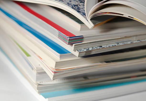 Paar verwendet Zeitschriften – Foto