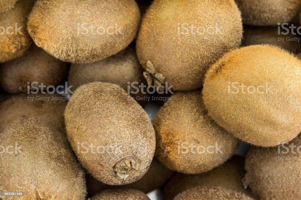 Gäng högen av mogna hela Kiwi på Farmers Market i Asien. Resor livsstil bild. Vitaminer Superfoods hälsosam kost koncept. Mat affisch. - Royaltyfri Affisch Bildbanksbilder