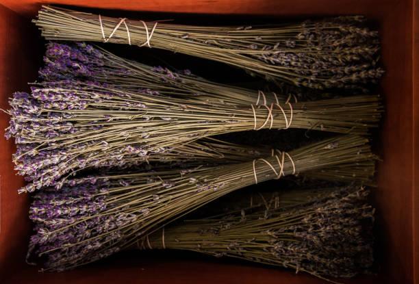 Lavendelöte auf Holzkorb – Foto