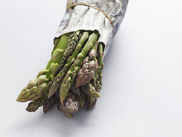bundle von spargel speeren - veggie wraps stock-fotos und bilder