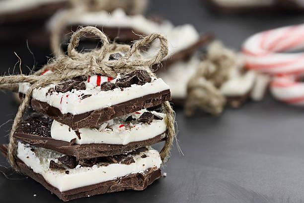 bundle of chocolate peppermint bark - pfefferminzschokolade stock-fotos und bilder