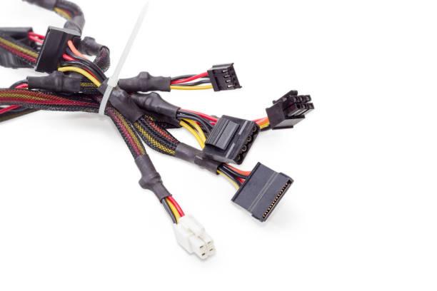 Faisceau de câbles de puissance pour la technologie des ordinateurs sur fond blanc - Photo