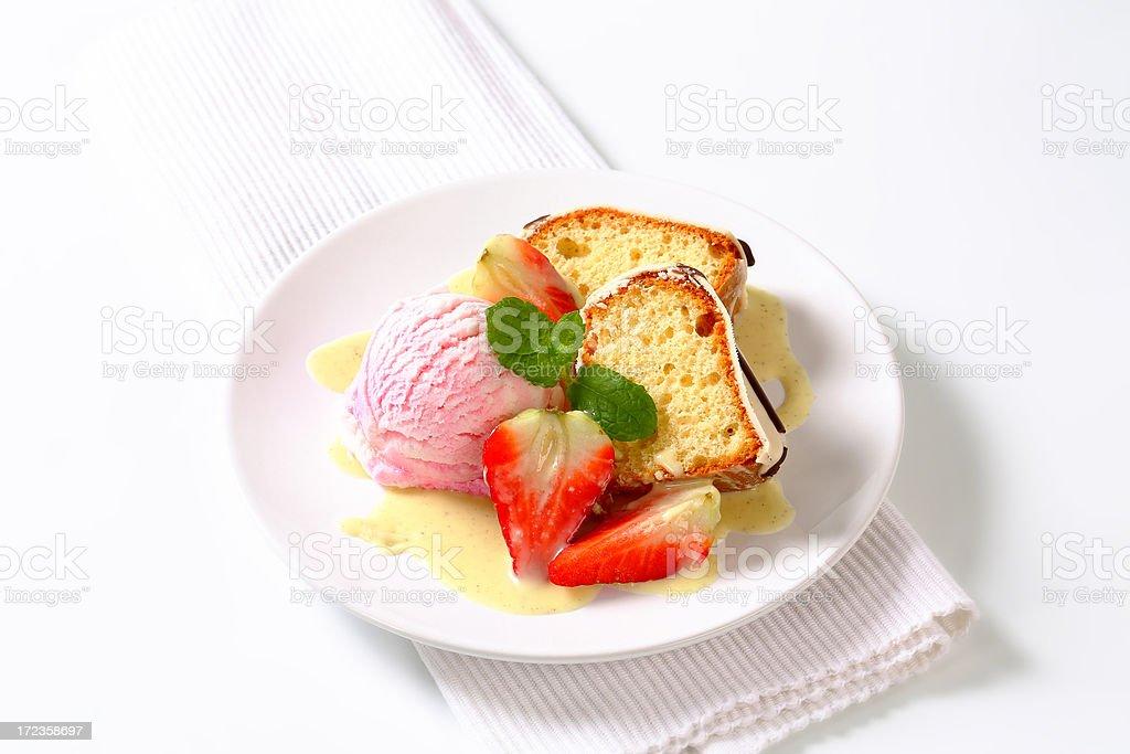 Pastel bundt rebanadas con helado y fresas foto de stock libre de derechos