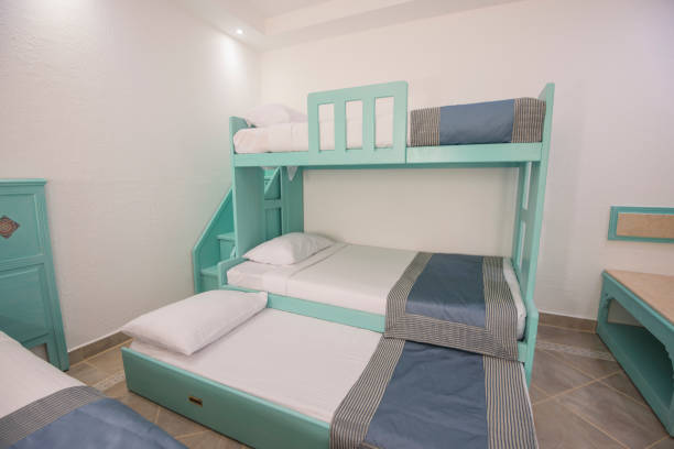 etagenbetten in einem luxus-familienzimmer einer ferienanlage - etagenbett weiss stock-fotos und bilder