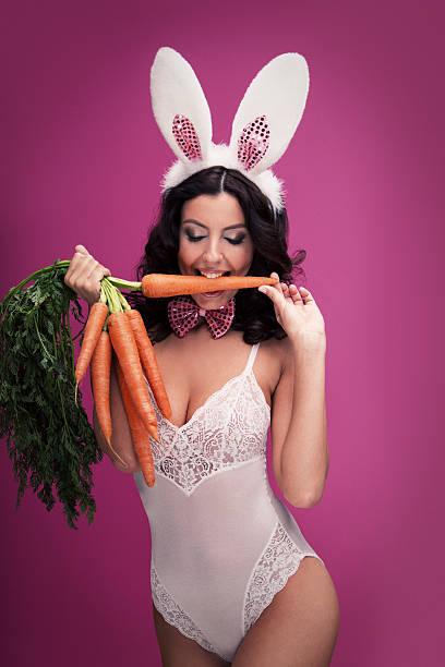 Зайка сосет морковку
