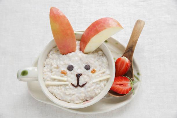 hase kaninchen brei haferflocken frühstück, essen kunst für kinder - getreidebrei stock-fotos und bilder