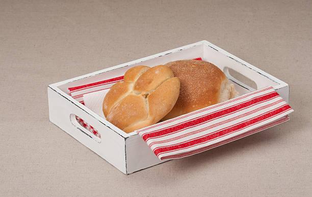 булочки из лотка с салфетка из натурального льна фоне - rbg стоковые фото и изображения