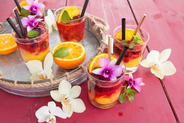 bunter drink mit orange - cocktailrezepte ohne alkohol stock-fotos und bilder