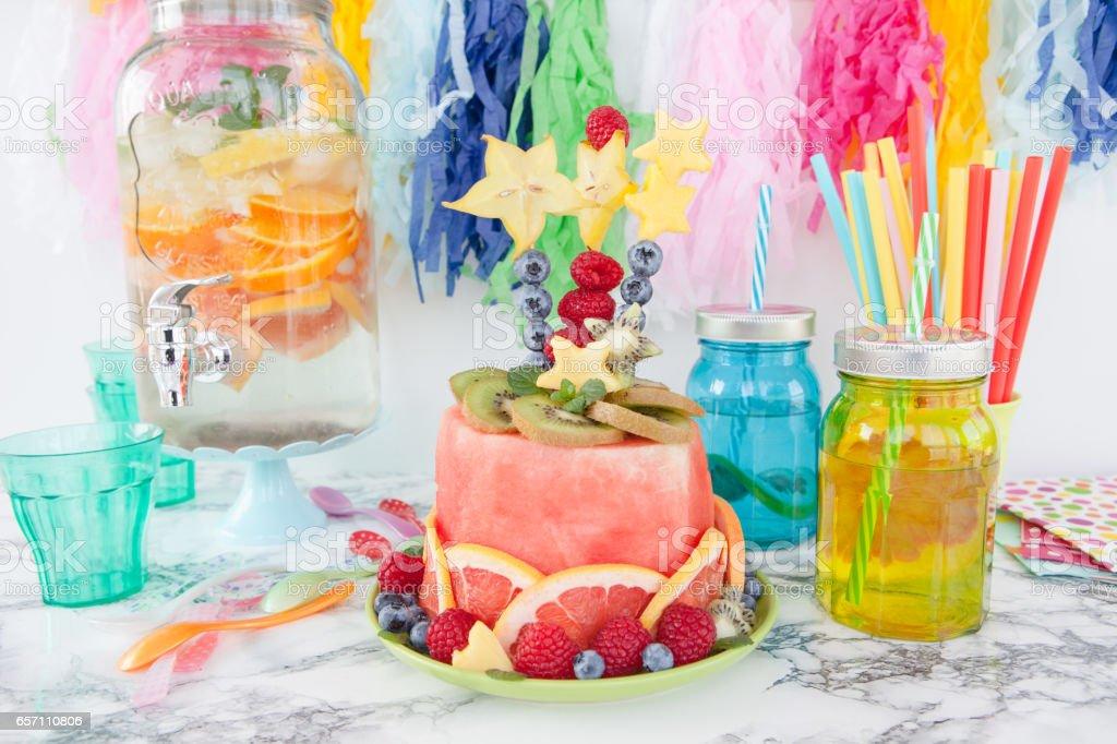 Bunter Kuchen aus frischem Obst - foto de acervo
