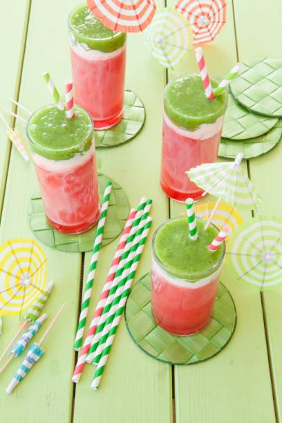 bunter smoothie mit wasermelone - cocktailrezepte ohne alkohol stock-fotos und bilder