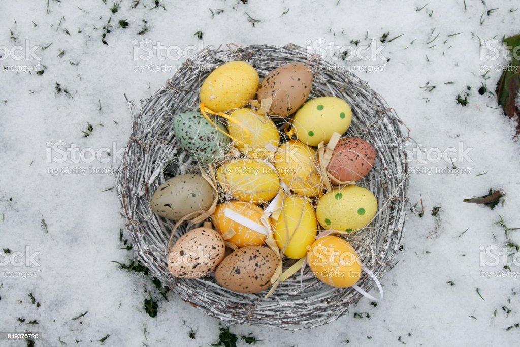 Buntes Osternest im Schnee stock photo