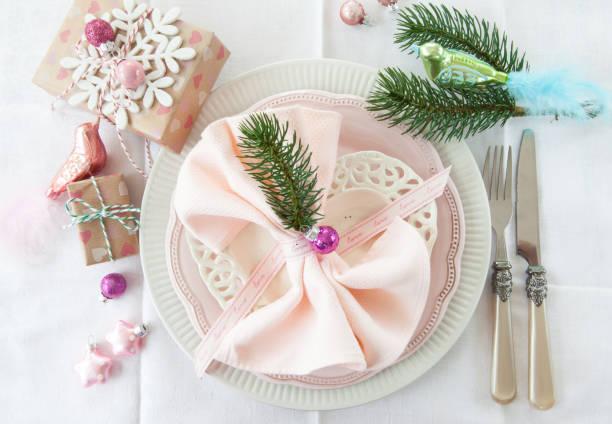 buntes tischgedeck zu weihnachten - weihnachten stok fotoğraflar ve resimler