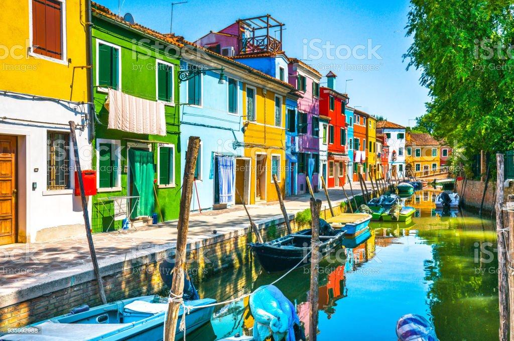 Huizen In Italie : Burano eiland kanaal kleurrijke huizen en boten venetië italië