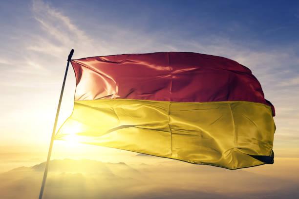 burgenland österreich flagge textil tuchgewebe winken auf der oberen sonnenaufgang nebel nebel - burgenland stock-fotos und bilder