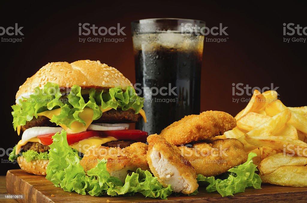 Burger, Hähnchen-nuggets, Pommes Frites und cola-Getränk – Foto