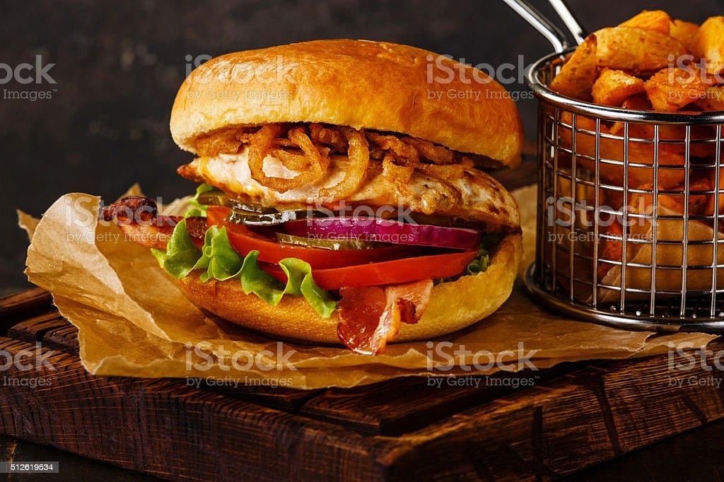 Pechuga de pollo y hamburguesas con papas al horno - foto de stock