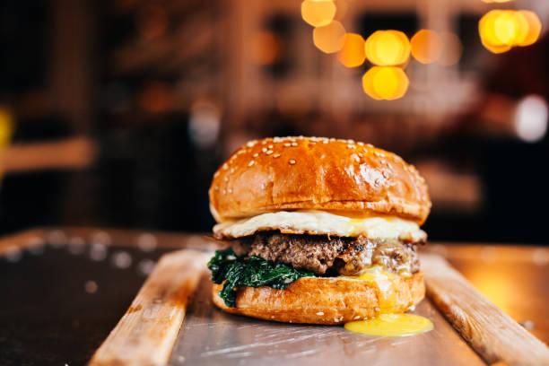 hamburger con uovo fritto - hamburger foto e immagini stock