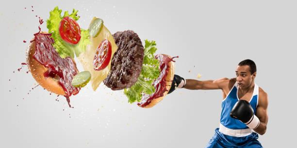 burger stürzt vom boxer isoliert auf weißem hintergrund - gewicht schnell verlieren stock-fotos und bilder