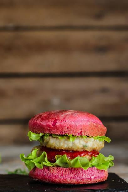 burger rosa (sandwiches) teig mit rote beete saft. rote beete brötchen burger - lustiges huhn bilder stock-fotos und bilder