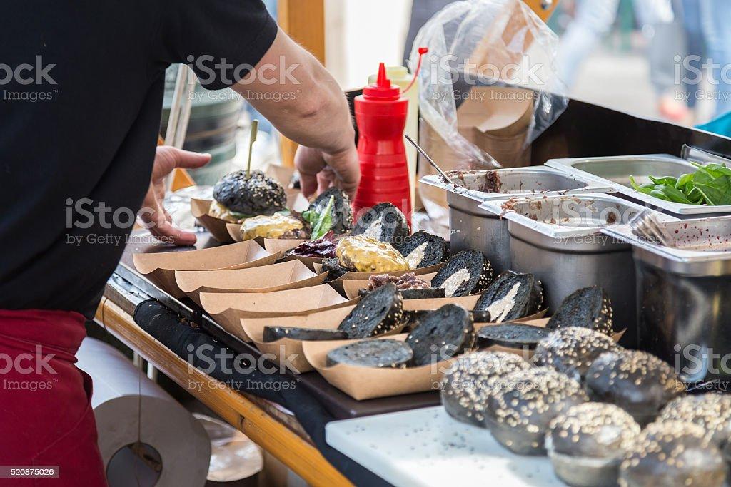 Burger bereit, auf Lebensmittel-Marktstand. Lizenzfreies stock-foto