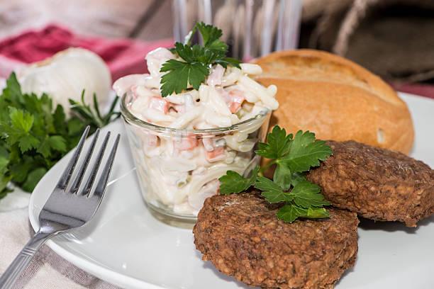 burger, pasta und salat - nudelsalat zum grillen stock-fotos und bilder