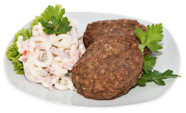 burger mit nudelsalat (weiß) - nudelsalat zum grillen stock-fotos und bilder