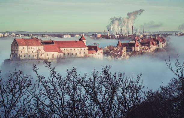burghausen, deutschland, bayern. burghausen-burg im nebel - burghausen stock-fotos und bilder