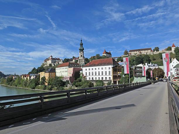 burghausen in bayern, von der brücke über den fluss salzach - burghausen stock-fotos und bilder