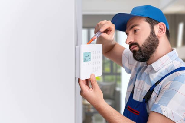 inbraak alarm installeren-beveiligingssysteem installeren - alarm, home, stockfoto's en -beelden