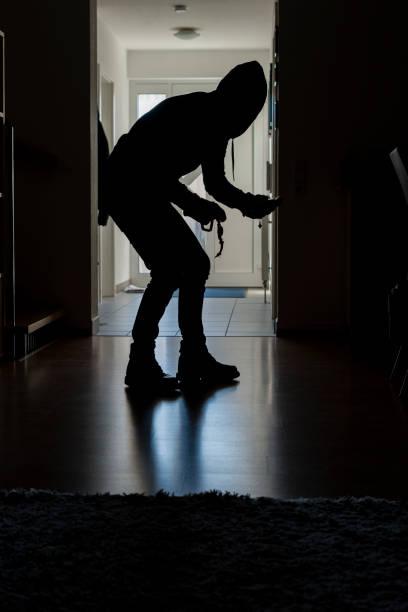 Einbrecher im Haus mit gestohlenen Sachen – Foto