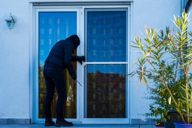 Einbrecher öffnen Hintertür eines Hauses – Foto