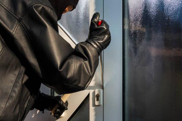 Einbrecher Öffnung Tür eines Hauses – Foto
