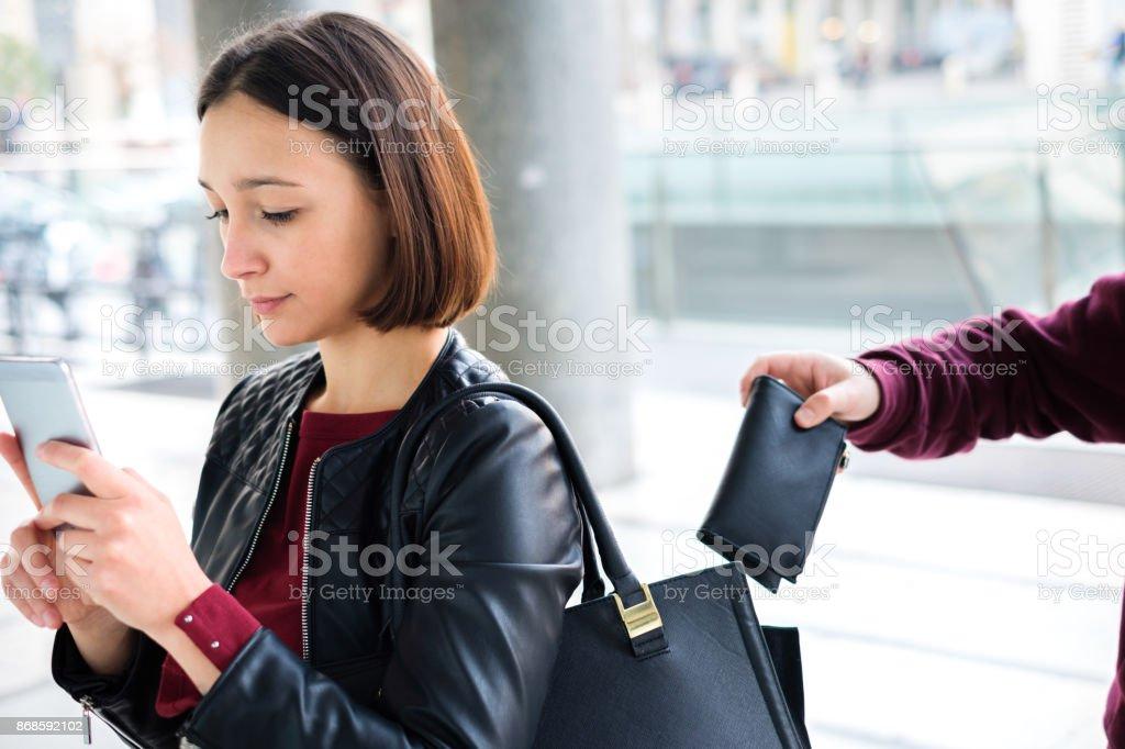 Einbrecher stehlen Geld Geldbörse aus der Handtasche von einer abgelenkt – Foto