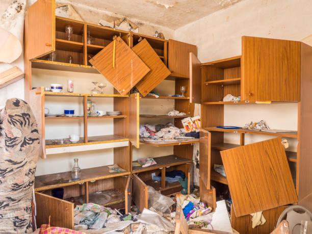 inbrott lägenhet ödeläggelse vandalism - looking inside inside cabinet bildbanksfoton och bilder