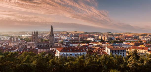 panorama de la catedral de burgos y la ciudad al amanecer - burgos fotografías e imágenes de stock